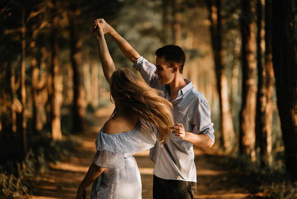 cuplu dansand in padure