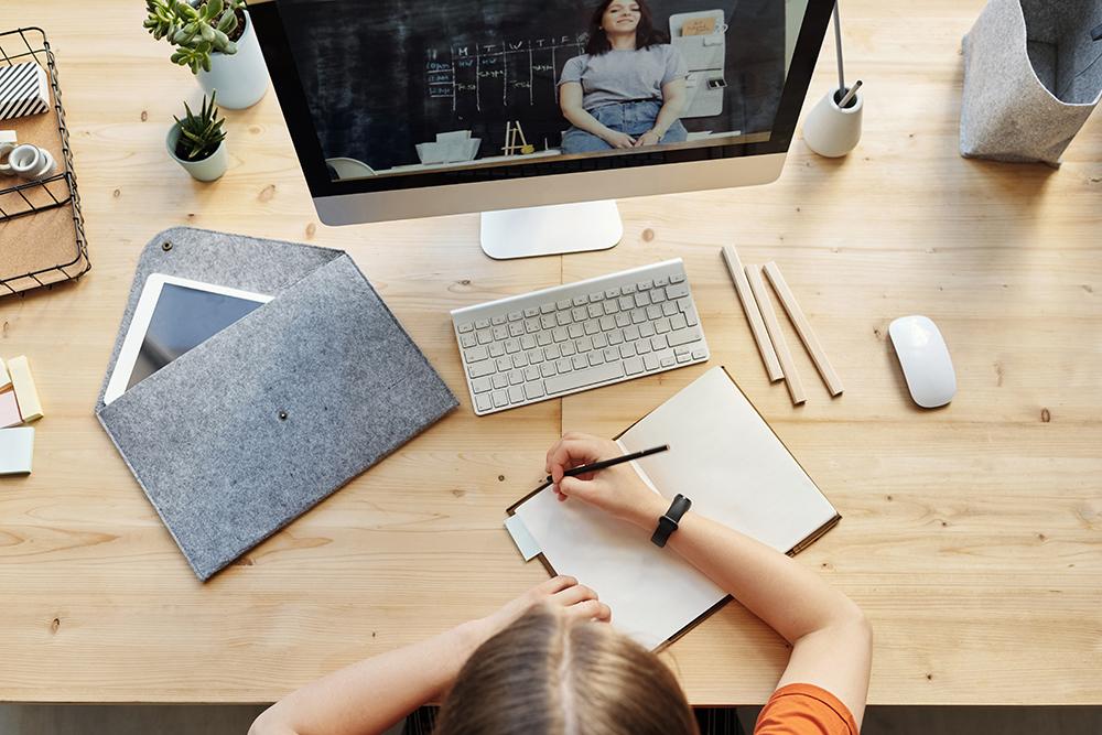 fata care ia notite in fata laptopului