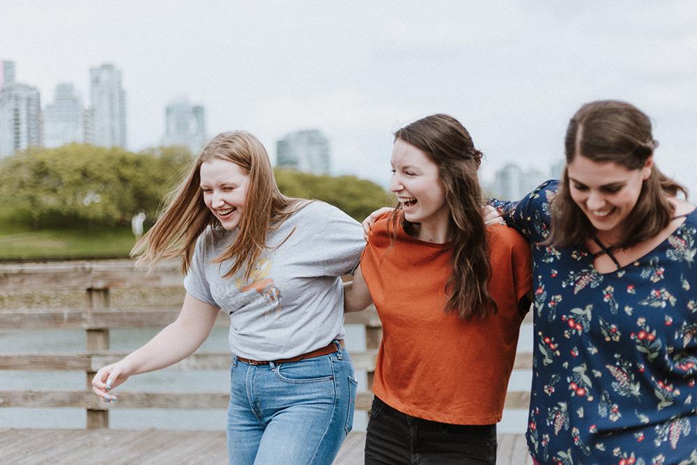 trei fete tinandu-se de umeri